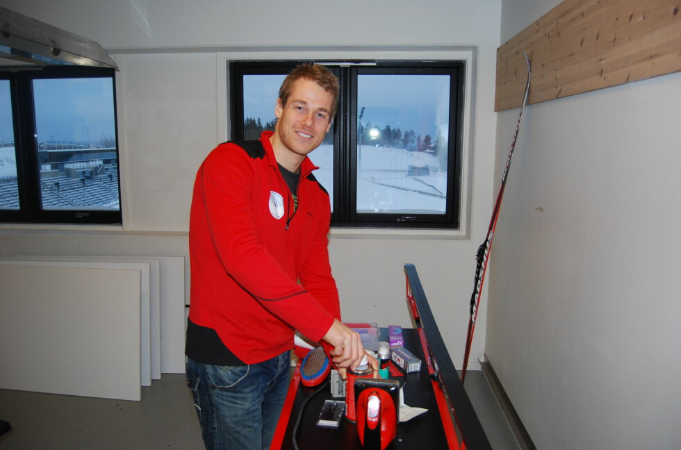 SMØREEKSPERT: Skiforeningens Lars Amund Toftegaard gir oss en grundig innføring i hvordan man smører skiene. Foto: THOMAS STRZELECKI