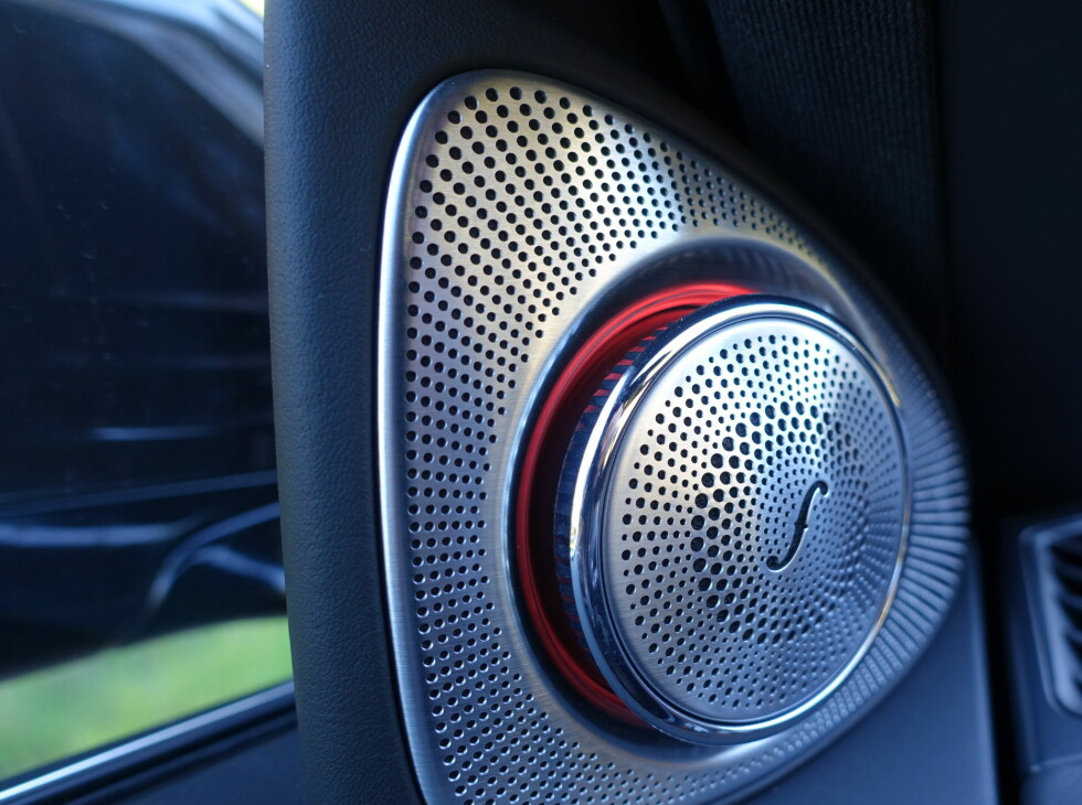 POP up Diskantene i dørene vrir seg ut ved oppstart. Den lysende ringen er i samme farge som andre lysstriper i interilret og kan byttes i flere farger og selvfølgelig dimmes. Foto: RUNE M. NESHEIM