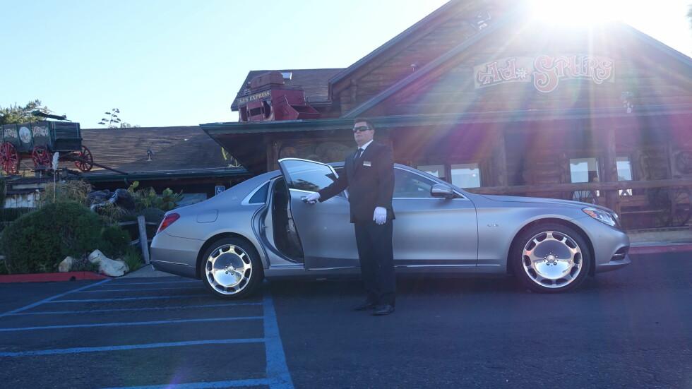 COWBOY: Vårt første møte med Maybach inkluderte en times tur med privarsjåfør. Etterpå fikk vi kjøre dem selv. Sjekk lakkfinishen - matt sølv. Foto: RUNE M. NESHEIM