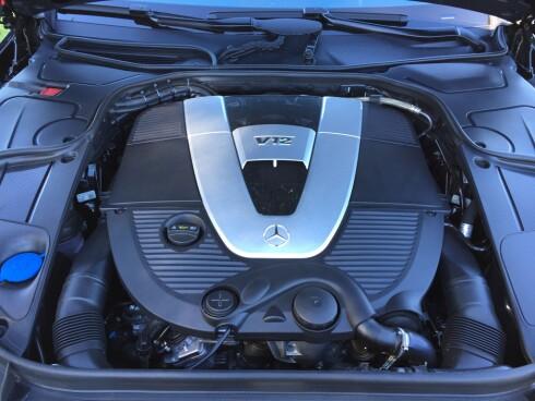 LYDLØS: Det er først når du trår på at du hører V12-motoren. En noe lysere tone enn den blafrende V8-lyden.  Foto: RUNE M. NESHEIM