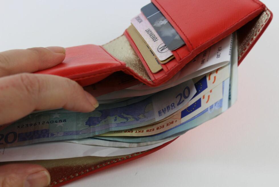 MINDRE VERD: Pengene våre strekker seg ikke så langt lenger i utlandet. Men foreløpig er ikke konsekvensene særlig merkbare for forbrukere her hjemme. Foto: ELISABETH DALSEG