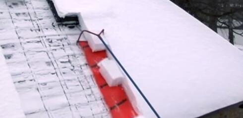 <strong><b>PLASTHJELP:</strong></b> Snøen skjæres med rammen og sklir av taket på plaststykket. Foto: PRODUSENTEN