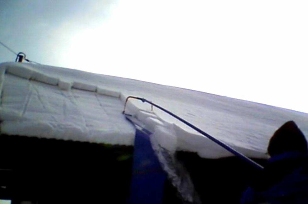<strong><b>SKLIR AV:</strong></b> Med slike produkter kan du stå på bakken og rutsje snøen av taket. Foto: BRYNJULF BLIX