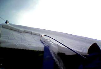Så enkelt kan du få snøen ned fra taket