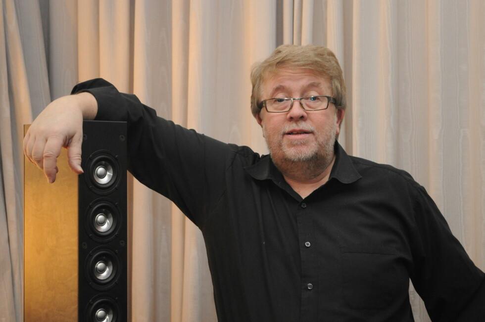 HIFI-GURUEN: Geir Tømmervik (58) har solgt stereoutstyr i den øvre kvalitetsklassen i 40 år. Han ville gjerne demonstrere for oss at det faktisk er forskjell på HD-lyd og  vanlig lyd. Foto: TORE NESET