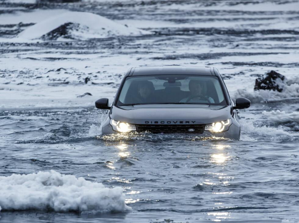 BLUBB-BLUBB: Selv på dypt vann kommer Land Rover godt ut av det. Vadedybden er 60 cm. Foto: LAND ROVER
