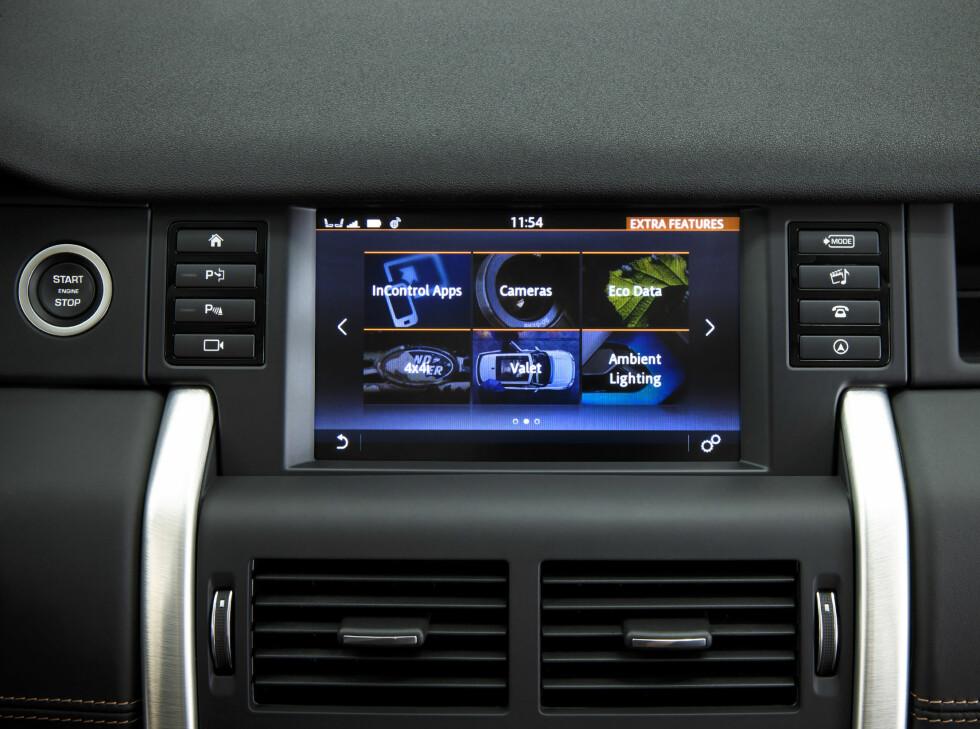 KOMPATIBEL: Apper og underholdningstjenester kan du betjene via bilens systemer. Foto: LAND ROVER