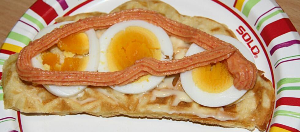 EGG OG KAVIAR: Vaffel med egg og kaviar, som servert på Coop Kongsmoen og avbildet på Terjes Superblogg. Bildet er gjengitt med tillatelse fra Terje Årseth. Foto: TERJES SUPERBLOGG