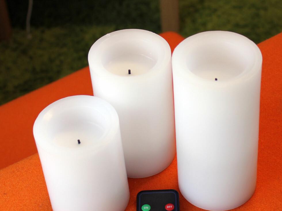 Safe Candle 3-pack: Sett med tre vokslys, med høyde på 10,2 cm, 12,7 cm og 15,2 cm. Bruker to AA-batterier per lys. Har timer og fjernkontroll. Velger du fem timer timer-innstilling, vil lyset slå seg av automatisk etter fem timer.Fjernkontrollen fungerer ikke 100 prosent alltid - det skjer innimellom at vi må trykke en ekstra gang eller to for å få skrudd av eller på alle tre lysene, men da er det bare å trykke noen ganger ekstra.Lysene blinker troverdig og fint, med varierende intensitet. Her sitter vekene litt dypere enn på Clas Ohlson-lysene, slik at du ikke ser så godt at det er et batterilys, på avstand når det er tent. Realistisk utseende, lukter og kjennes at det er laget i voks. Testens fineste fargetone, og blant de vi liker best!Pris: Cirka 756 kroner for hele settet, med fjernkontroll (selges hos mange Safecandle forhandlere) Foto: KRISTIN SØRDAL