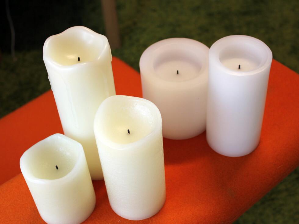 Enkeltlys fra Safecandle: I tillegg til settet med lys og fjernkontroll, har de også et utall ulike varianter av enkeltstående vokslys. De kan fås i veldig mange ulike høyder og tykkelser, og med rett kant og glatt struktur -  men også med rustikt utseende og eventuelt dryppkant om du vil. Du kan også velge om du vil ha med duft eller uten. Om du ikke er veldig glad i duftende lys, så velg de uten duft - det blir nemlig ganske intens lukt av de som dufter.Funksjonene for øvrig er like: av, på og timer. Velger du timer, brenner lyset i fem timer før det skrus av automatisk. Lysene går på to AA-batterier. De blinker troverdig, og lyser med god lyseffekt der  store deler av lyset skinner. Ganske så troverdige lyskopier. Vi liker disse.Pris: Fra cirka 215 til 280 kroner, avhengig av størrelse (selges hos Safecandle forhandlere) Foto: KRISTIN SØRDAL