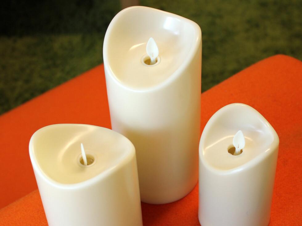 «New Flame technology», fra Arnøy Engros: Disse  er laget i resin (plast), men du kan også få dem i voks. Det er nok et bedre valg, for disse ser du er laget i plast - og er dermed de minst realistiske vokslyskopiene i denne testen. De gir også et grønnaktig skjær, som vi ikke liker. De kommer i mange størrelser. Du kan velge mellom av, på og timer - og du kan få dem med fjernkontroll om du vil. Det er ikke alltid alle lysene reagerer samtidig når du velger av eller på med fjernkontrollen, men da er det bare å fortsette å trykke. Timeren sørger for at lyset lyser i fem timer og deretter hviler i 19 timer før det igjen skrur seg på.Dette er de vi liker dårligst i denne gruppa.Pris: 159 kroner for det minste, så 179 og 199 kroner. Fjernkontroll koster 19 kroner. (får hos Byggmakker, Jernia, m.fl.) Foto: KRISTIN SØRDAL