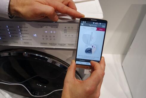 BERØRING: I dag snakker enkelte av LGs toppmodeller med mobilen din, men den snakker så lavt at de må være helt inntil hverandre for at det skal funke.  Foto: ELISABETH DALSEG