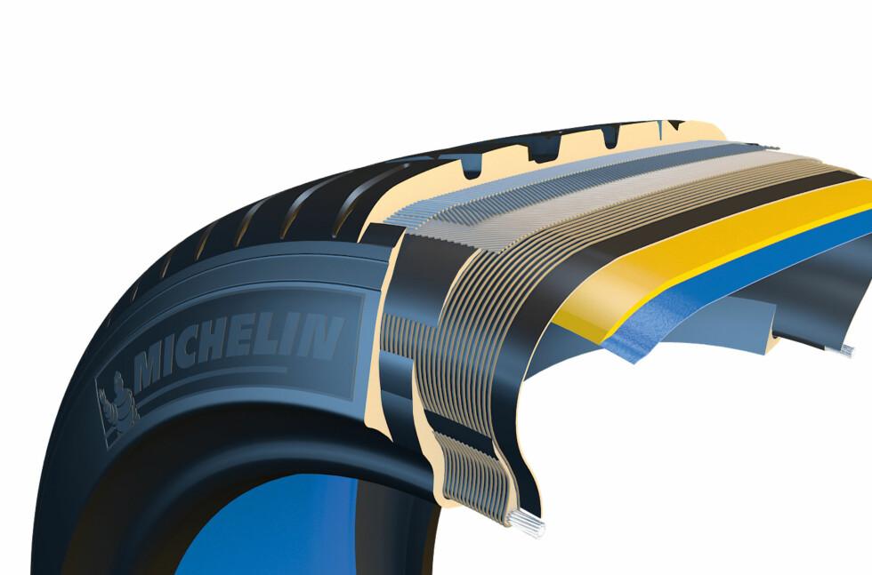 IKKE PUNKTERINGSFRITT: Dette er noe annet, dekket reparerer seg selv etter punktering, slik at det er mulig å kjøre videre. Dekket, som produseres av Michelin, er på markedet og vil utstyre enkelte Volkswagen-modeller fra i år av. Foto: MICHELIN