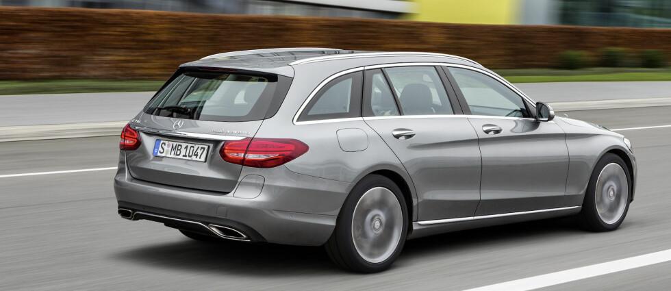 RIMELIGERE LADBAR: Sist vi kjørte en ladbar hybrid fra Mercedes, var det en bil til 1,3 millioner - S 500 Plug-in Hybrid. Men her ser vi en som blir adskillig mer tilgjengelig - og praktisk. Mercedes-Benz C 350 Plug-in Hybrid, heter den - til tross for at bensinmotoren bare er en 1,9-liter.  Foto: DAIMLER