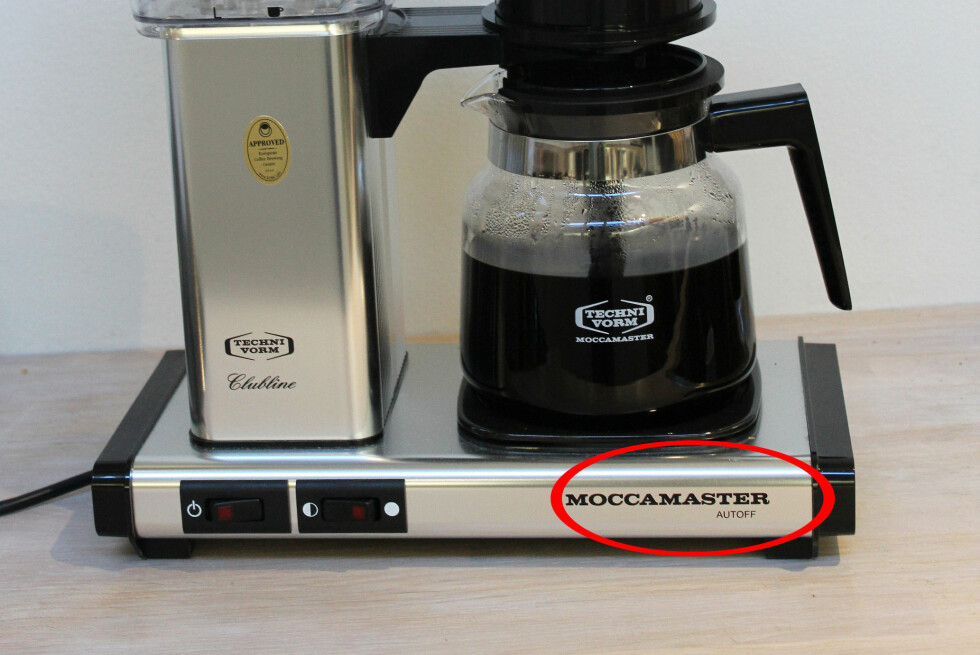 AUTOSTOPP: Fra 1. januar i år må alle nye kaffetraktere skru seg av automatisk. Denne modellen er gammel og står på varming i to timer, men alle Moccamasters nye traktere skrur seg av etter 40 minutter.  Foto: ELISABETH DALSEG
