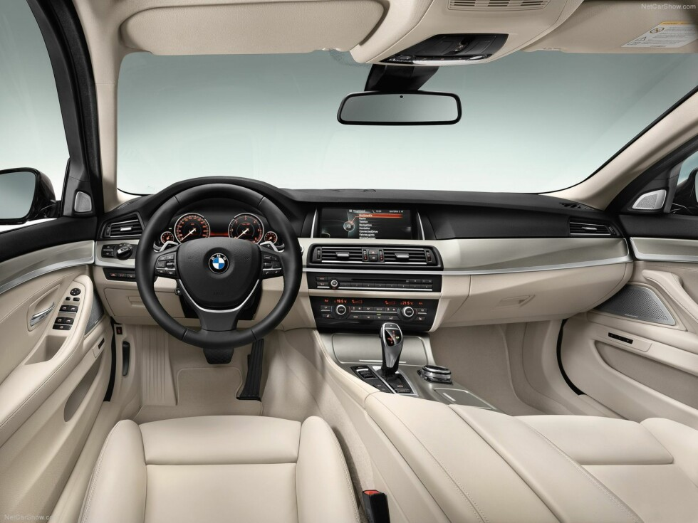 """SMEKKERT: Interiøret og den store skarpe info-skjermen gir en suveren kvalitetsfølelse. Ett lite anepunkt: Hvorfor lage koppholderne så store at en """"norsk"""" halvlitersflaske ramler ut?  Foto: BMW"""