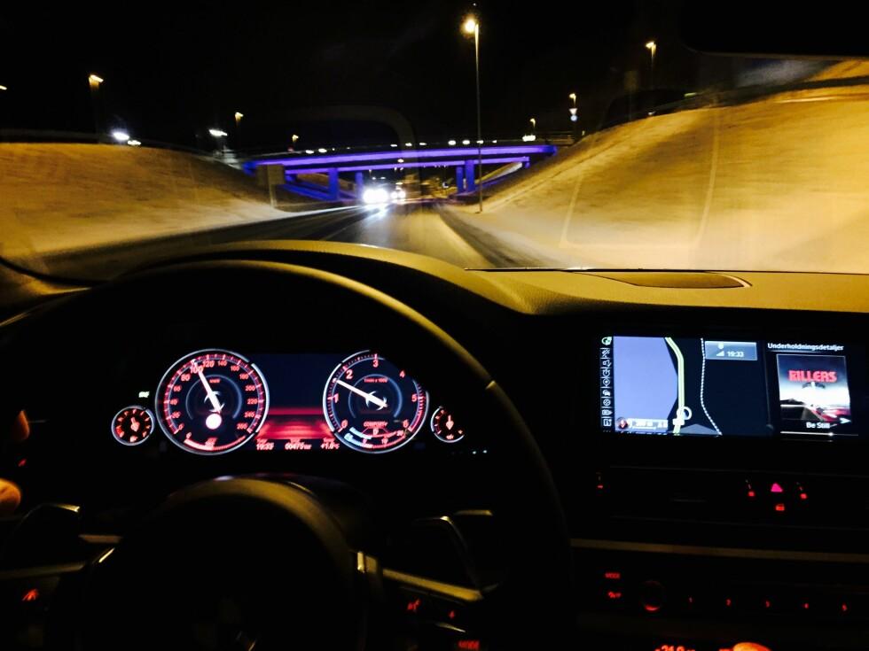 FRI FLYT: Kombinasjonen gjør BMWen til en fantastisk langtursbil. Som her ved nye Riksvei 7 ved Ørgenvika. Foto: ESPEN STENSRUD