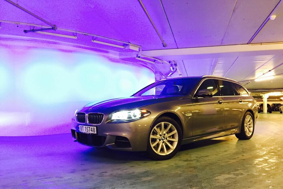 TREKKER KUNDER: Det er lett å skjønne at mange ønsker en BMW 5-Serie med firehjulsdrift. Med full M Sport-pakke er den også et lekkert skue. Foto: ESPEN STENSRUD