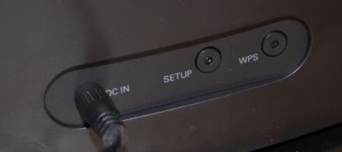<strong><b>KNAPPER PÅ BAKSIDEN:</strong></b> Setup-knappen kargjør høyttaleren for Spotify, mens WPS-knappen forbinder den til nett. Foto: TORE NESET