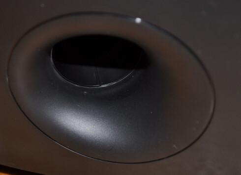 BASS: Philips-høyttalerne bruker bassreflekssystemet med port på baksiden. Foto: TORE NESET
