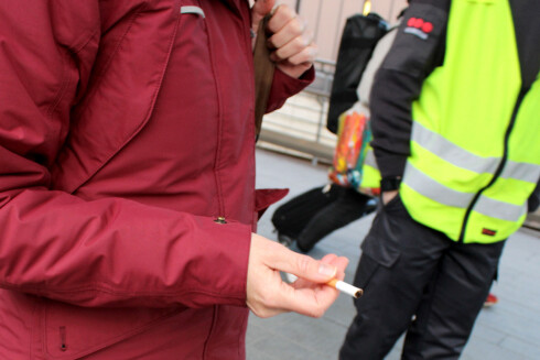 KAN DU STUMPE RØYKEN? Du kan bli bedt om å stumpe røyken, som Dinside ble da vi tok disse bildene, men du risikerer ingenting annet. Du vil ikke bli bortvist, og det ilegges ikke gebyrer. Foto: OLE PETTER BAUGERØD STOKKE
