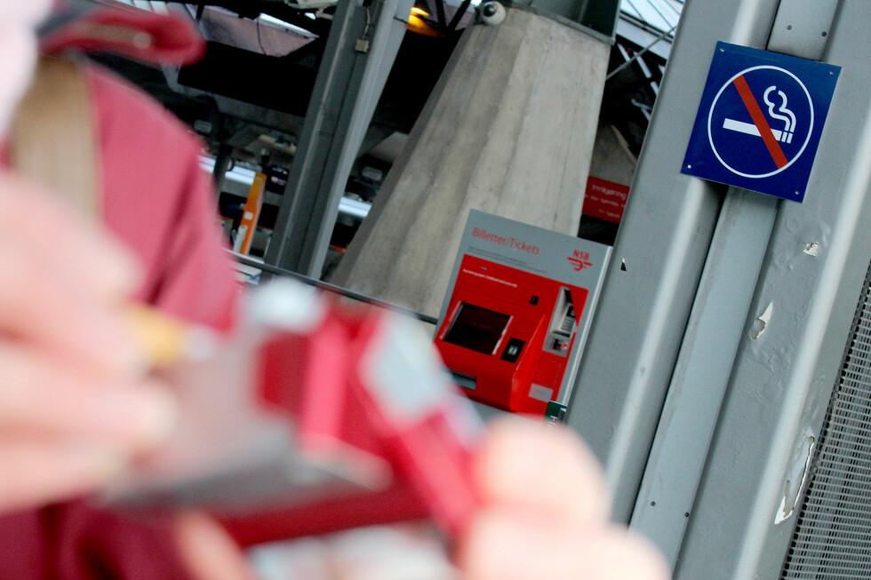 DU RISIKERER INGENTING: Det er røykeforbud på alle togstasjoner og perronger, men folk røyker likevel. Det er ingen kontroller og ingen sanksjoner. Foto: OLE PETTER BAUGERØD STOKKE