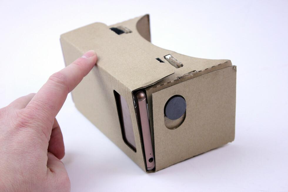 FERDIG: Slik ser det ut når du har brettet ferdig Cardboard og puttet i en mobiltelefon. Foto: PÅL JOAKIM OLSEN