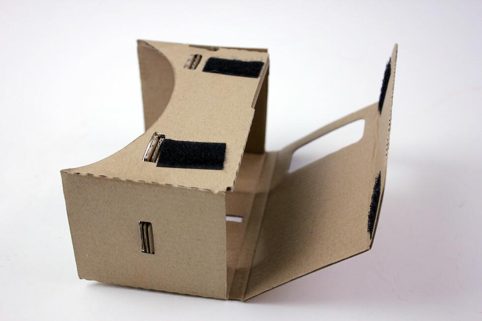 UTEN SKJERM: Du trenger en smarttelefon for å få noe glede av Cardboard, og den settes inn her. Det kan også være kjekt med en strikk som holder den litt ekstra godt på plass. Foto: PÅL JOAKIM OLSEN