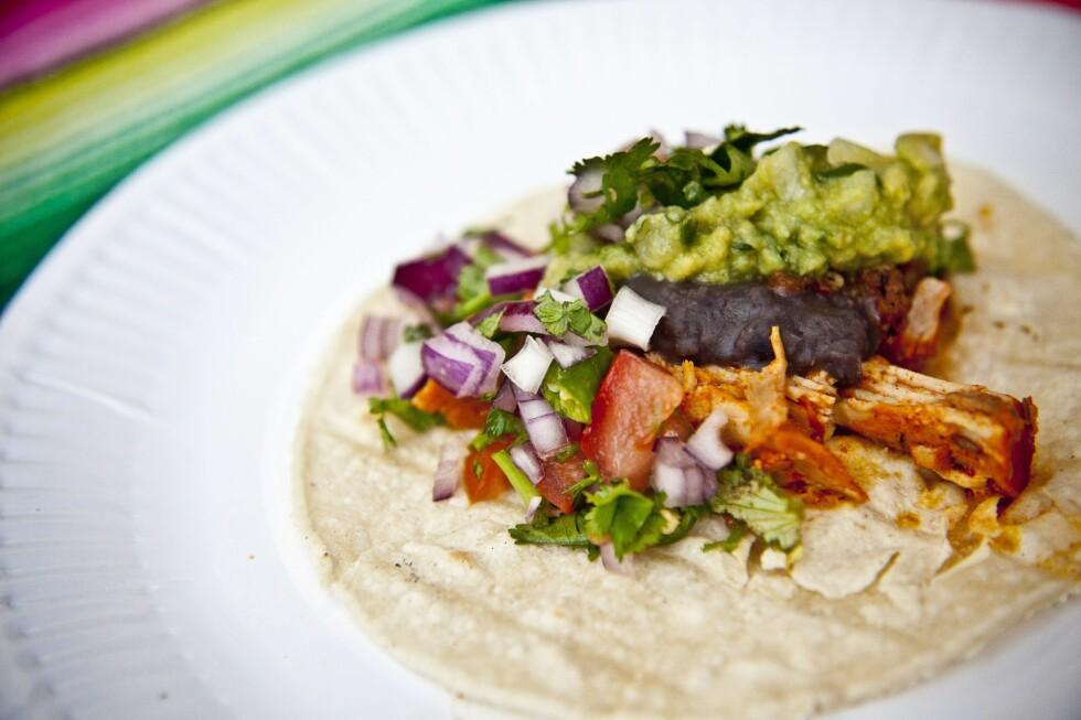 "<strong><b>MEKSIKANSK PERSILLE:</strong></b> Cochinita pibil taco, taco med langtidsstekt svin (<a target=""_top"" href=""http://www.dinside.no/928754/slik-lager-du-nordmenns-nye-livrett-pulled-pork-paa-tre-maater"">pulled pork</a>), guacamole, hakket rødløk, stekte bønner og toppet med koriander. Foto: ALL OVER PRESS"