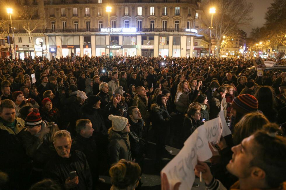 PLACE DE LA REPUBLIQUE: I går kveld samlet folkemengder seg flere steder i Paris og andre steder i verden, i demonstrasjoner mot terrorangrepet mot Charlie Hebdo.  Foto: SPLASH NEWS/ ALL OVER PRESS