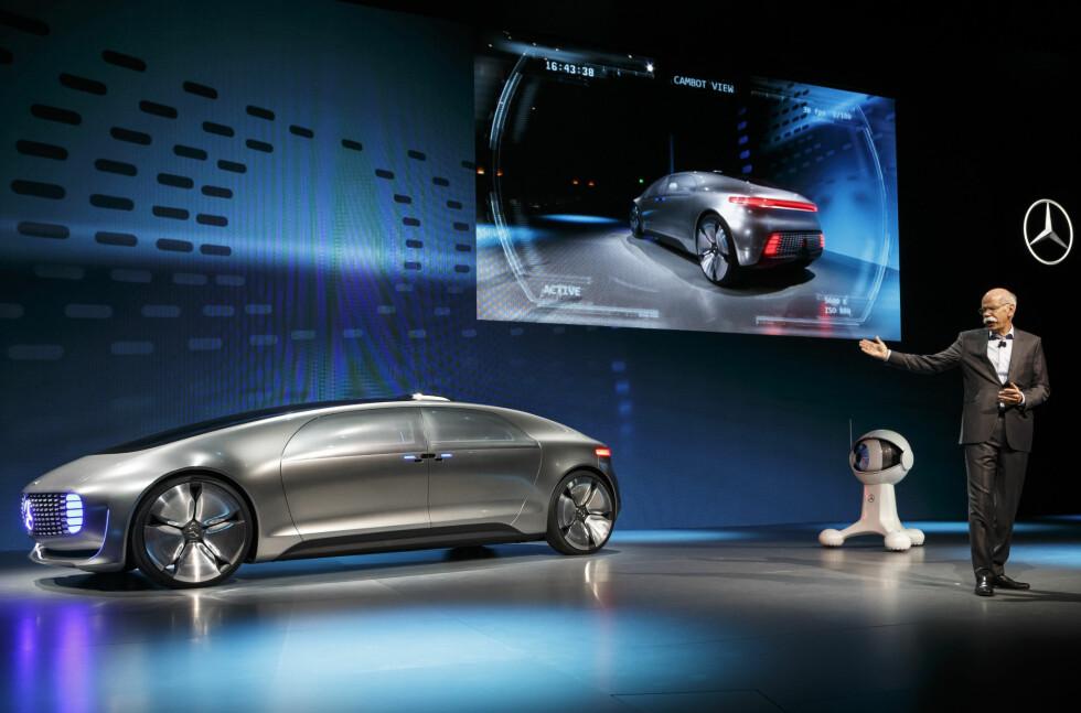 - DETTE ER EKTE LUKSUS: Tid og personlig rom er ifølge Mercedes fremtidens luksus. Det betinger bilens utvikling. Mercedes' visjon heter F 015 og presenteres her av konsernleder Zetsche. Den er en selvkjørende salong, motorisert av hydrogen-brenselceller og en batteripakke. Teknologien eksisterer allerede i dag. Foto: DAIMLER