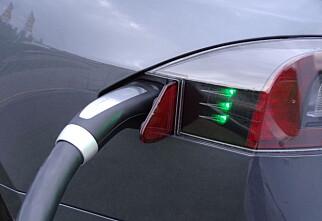 Tesla med laderobot