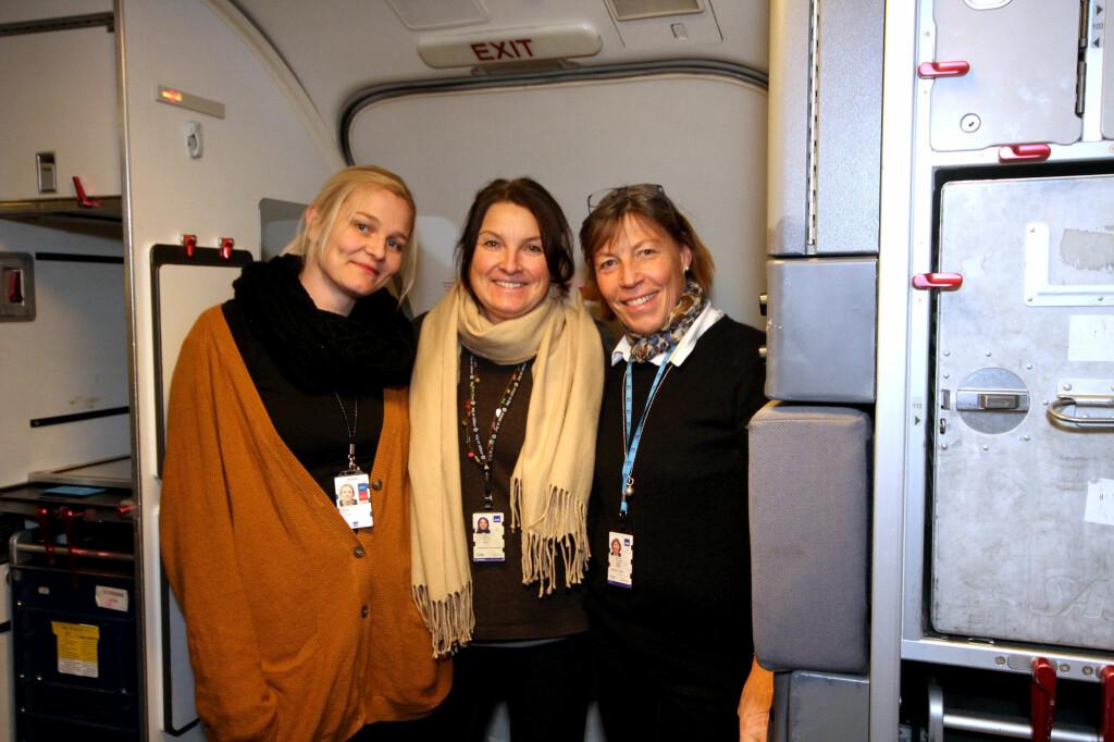 SIKKERHET ER VIKTIGST: Sikkerheten er viktigst, ikke mat og service. -Vi gjør sikkerhetsvurderinger hele tida, vi evaluerer og skanner passasjerene fra de går om bord, sier Ellen Halvorsen (til høyre), instruktør og purser hos SAS. På bildet er også SAS-kabinpersonale Vibeke Johnson (til venstre) og Gabrielle Lørincz (i midten). Foto: KRISTIN SØRDAL