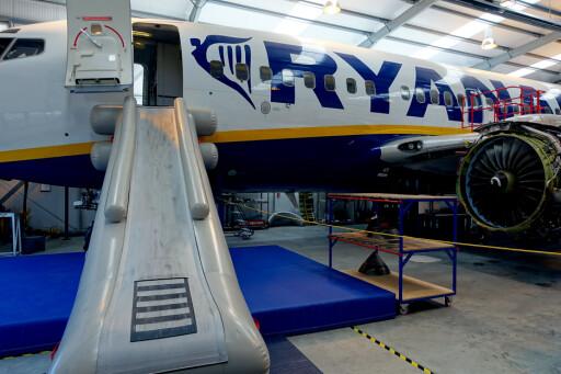 TRENINGSFLY: Ryanair har et fullsize fly i treningshangaren, en såkalt «Mock-up» som brukes til sikkerhetsopplæring av kabinpersonale. Foto: KRISTIN SØRDAL