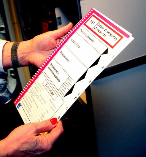 SJEKKLISTER FOR NØDSITUASJONER: I tillegg til at kabinpersonalet drilles i ulike situasjoner, skal de alltid kontrollere sjekklista som gjelder for den aktuelle situasjonen. Foto: KRISTIN SØRDAL