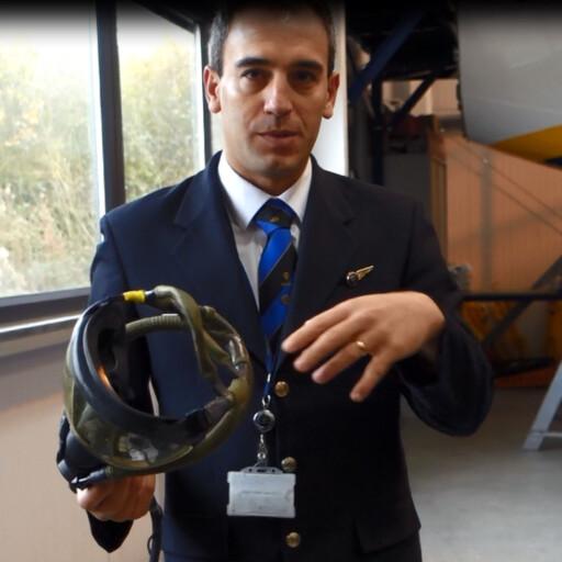 SLIK VIRKER DEN:Jesus Figuero, sikkerhetsinstruktør hos Ryanair, viser hvordan pilotenes oksygenmaske fungerer. Foto: KRISTIN SØRDAL