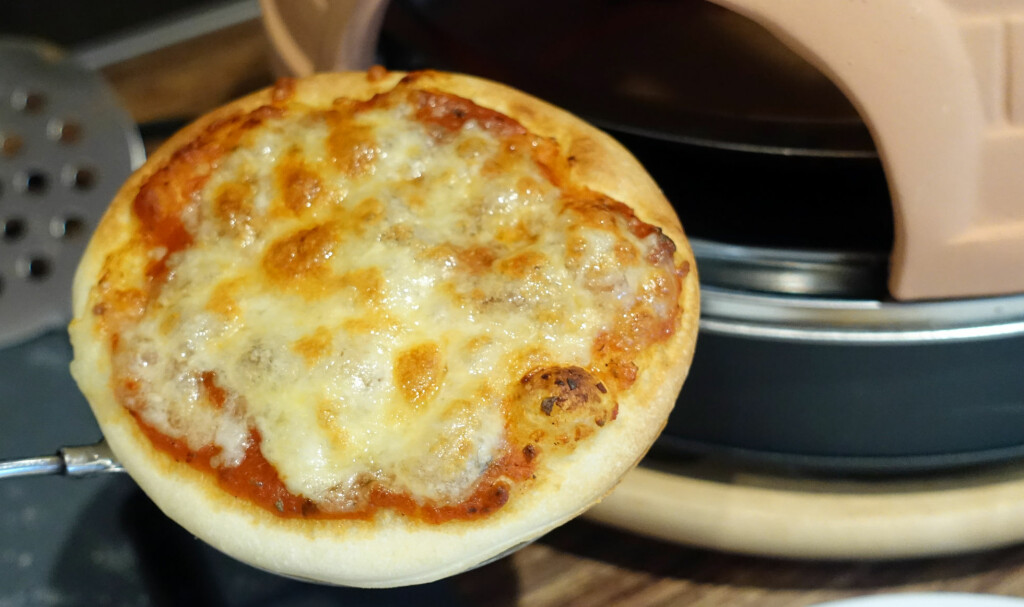 STEKER UJEVNT: Pizzaovnen steker veldig ujevnt. Den delen av pizzaen som vender utover, er ikke ferdigstekt når delen som vender inn egentlig er ferdig.  Foto: KRISTIN SØRDAL