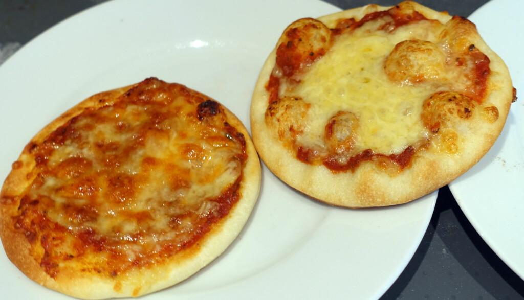LIKT, MEN VELDIG ULIKT: Pizza stekt i Pizza Dragon til høyre og i Pizzarette til venstre. Pizzaen stekt i minipizzaovnen Pizzarette får ikke samme konsistens, sprøhet og smak som den vi har stekt i Pizza Dragon. Men testpanelet synes den er bedre enn om du steker tilsvarende pizza i stekeovnen. Foto: KRISTIN SØRDAL