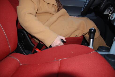 BREKKET MÅ IKKE LIGGE BRAKK: Bruk håndbrekket hver gang du parkerer for å hindre at det setter seg fast i kulda. Foto: CATO STEINSVÅG