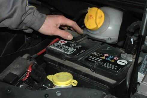 SIKRE SPENNINGEN: Har du et batteri som er 3-4 år eller mer, bør du ta en vedlikeholdslading. Foto: COLOURBOX.COM