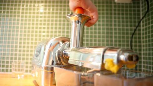 SJEKK STØRRELSEN: får du dyttet hele epler ned i juiceren, eller er den bare vid nok til å ta biter? Foto: PER ERVLAND