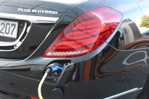LUKSUS-LADBAR: Med elmotor, batteripakke og ladeport, får biler som Mercedes S 500 P-iHV (bildet), Porsche Panamera og Porsche Cayenne svært mye hyggeligere utslipp - og lavere avgifter. Foto: KNUT MOBERG