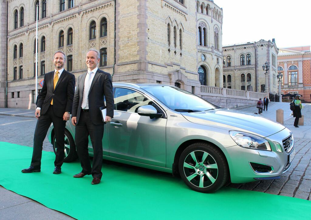 ER BLITT POLITIKK: Volvo, og andre, spør: Hvorfor skal ladbare hybrider straffes på grunn av høy effekt, når det er det lave utslippet som burde telle? (På bildet: SVs Bård Vegard Solhjell og Høyres Tore Sanner foran en Volvo V60 ladbar hybrid.) Foto: KNUT MOBERG