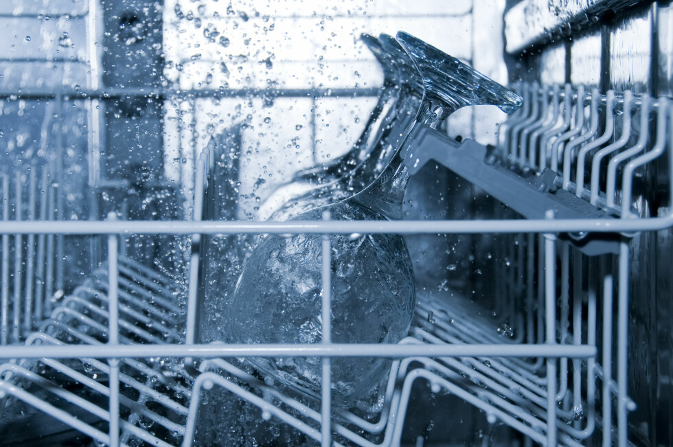 SKJØRE: Tynne festglass som stables for tett i oppvaskmaskinen har en lei tendens til å knuse. Foto: COLOURBOX.COM