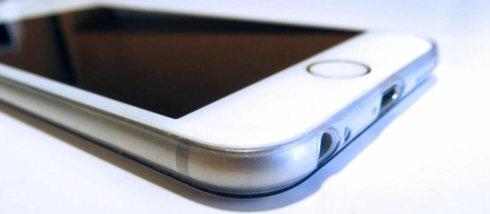 NESTEN USYNLIG: Det er ikke så lett å se at denne iPhonen er utstyrt med et deksel. Foto: BJØRN EIRIK LOFTÅS
