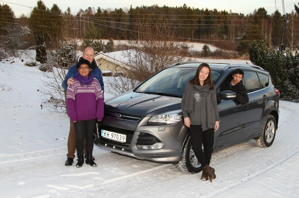 VALGTE KUGA: Oddhild Kari, Svein Åge, Eirin og Sindre Eriksen har valgt Diesel, Auromat og 4x4  for økonomi, sikkerhet og komfort.  Foto: RUNE M. NESHEIM