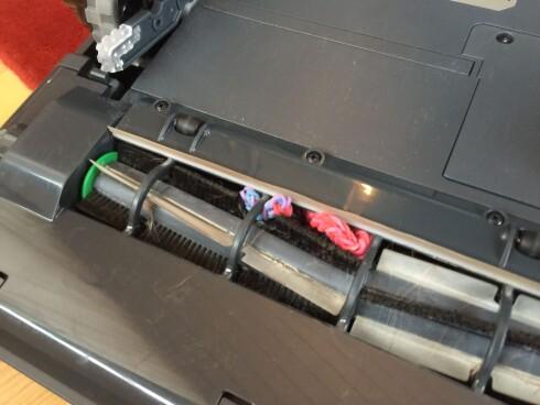 RYDD GULVET: Hårstrikker, skolisser og tynne kabler er støvsugerrobotenes store fiende.  Foto: ØYVIND PAULSEN