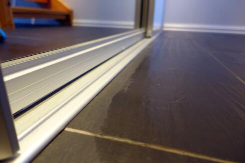 KOMMER IKKE HELT INNTIL: Det er en stripe på 3 centimeter inntil kanten, hvor du ikke får vasket eller støvsugd. Foto: KRISTIN SØRDAL