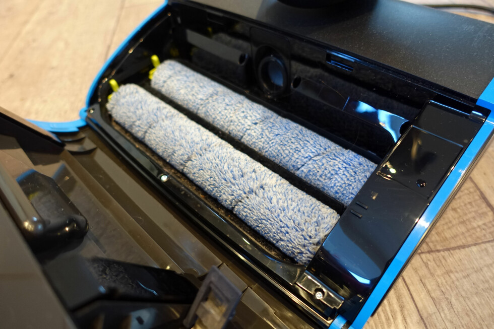 ROTERER MOT HVERANDRE: Det er disse mikrofibermoppene som vasker gulvet. De roterer mot hverandre med en hastighet på 6.700 omdreininger i minuttet. Foto: KRISTIN SØRDAL