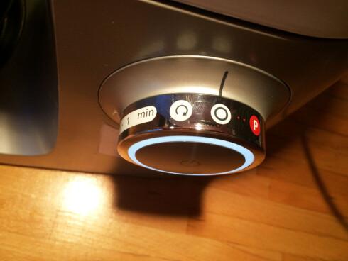 TRINNLØST: Farten styrer du med hjulet på siden. P-knappen til høyre, pulse, er vanlig på blendere, vi likte godt å ha muligheten også i kjøkkenmaskinen.  Foto: ELISABETH DALSEG